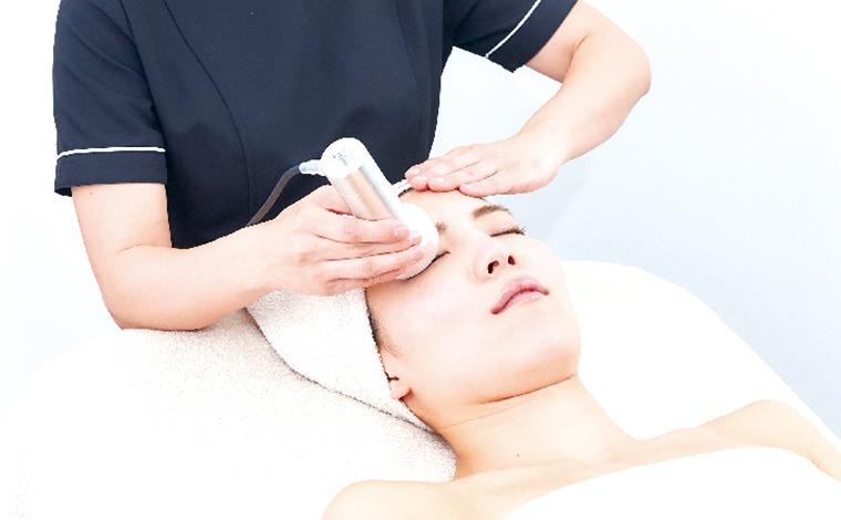 顔に施術を受ける女性