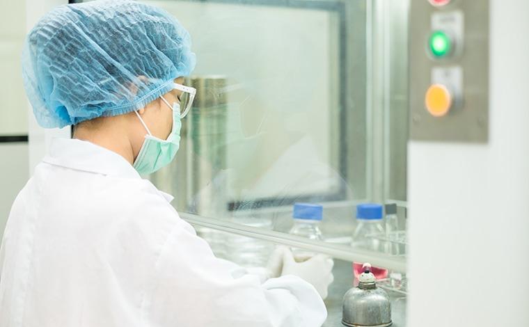 無菌室で作業する女性